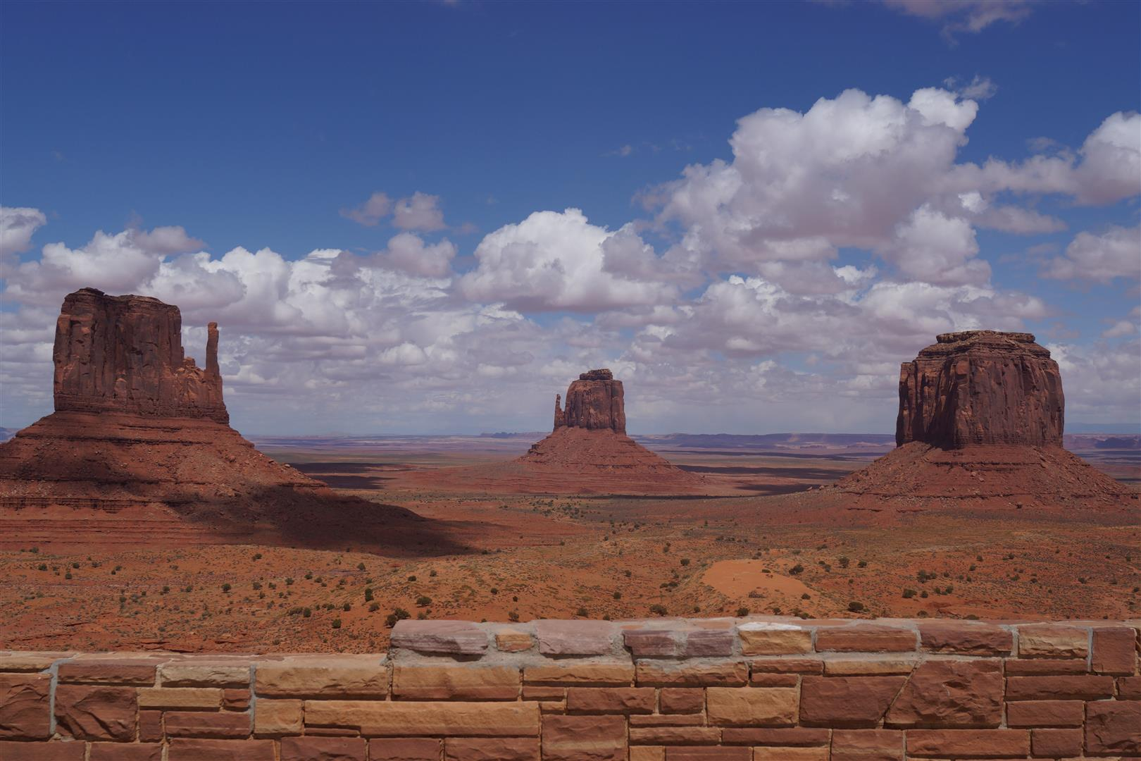 Monument Valley. Tolle Aussicht, aber dafür $10 Dollar... und die Straße zwichen den Bergen konnten wir mit unserem Corolla dann gar nicht befahren.