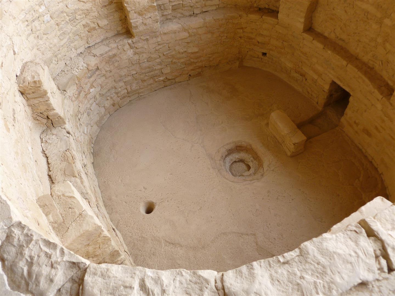 ... vorbei an religiösen Gruben (das kleine Loch links ist der Zugang zur Geisterwelt) ...