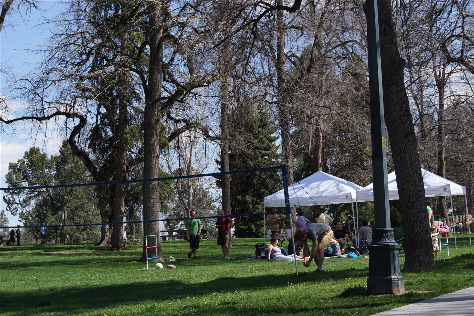 Am Nachmittag wurde dann noch im Park relaxt. Diese Gruppe hatte wirklich ALLES nur erdenkliche an Ausrüstung dabei. Man achte auf die Schnur zum Abstecken des Feldes!