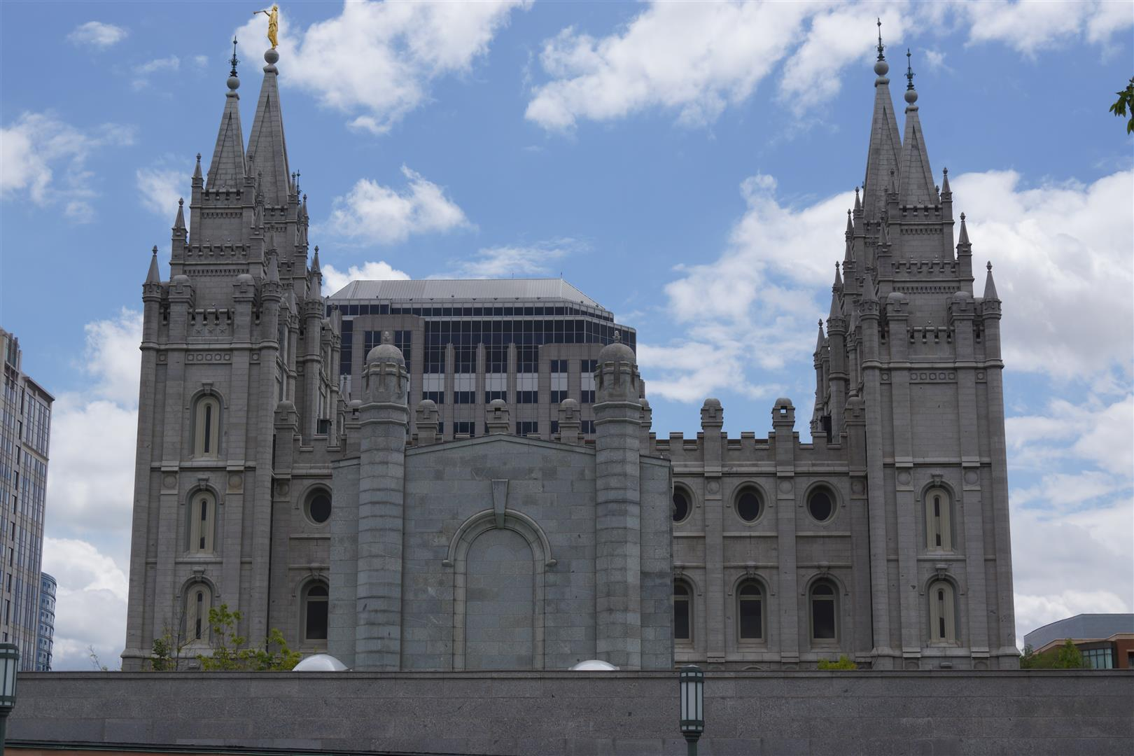 Der Tempel im Profil.
