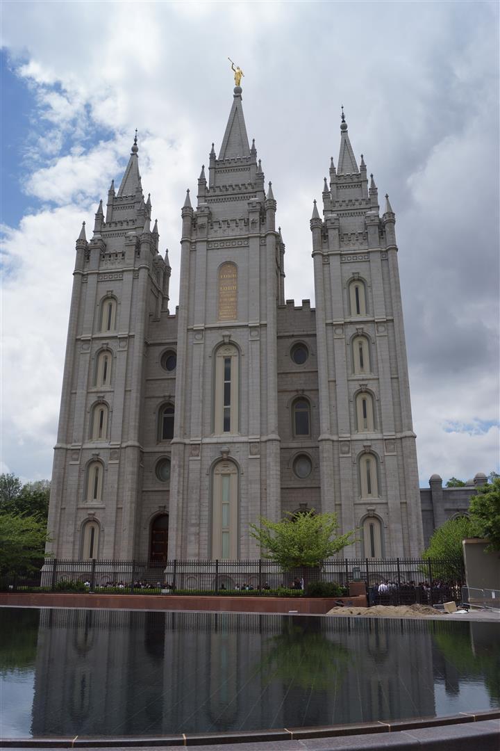 Mit guten Augen kann man vielleicht die vielen Menschen vor der Kirche sehen.
