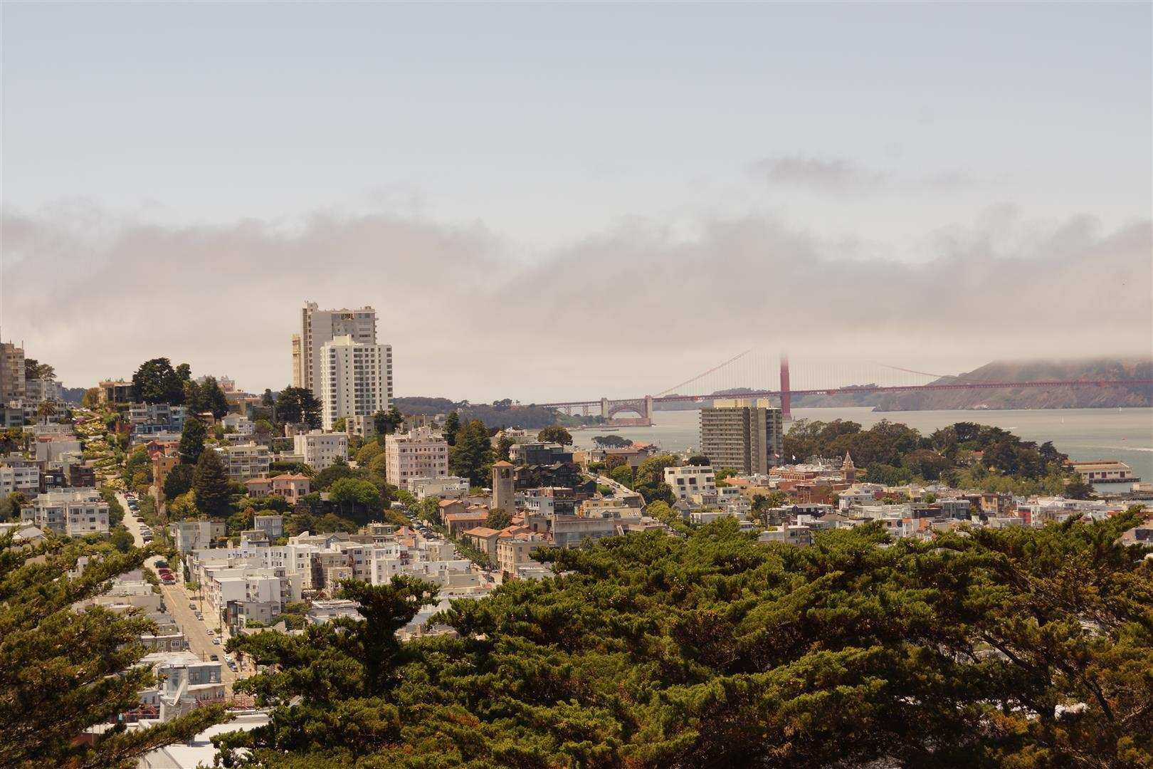 Links die Serpentinen, rechts (halb versteckt) die Golden Gate Bridge!