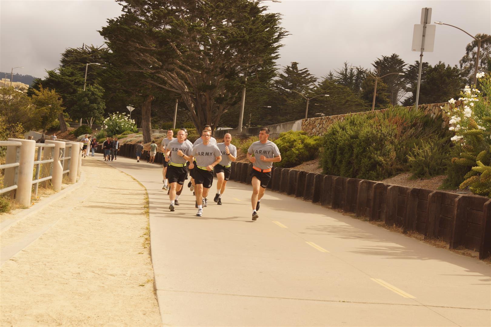 Einen Army-Stützpunkt gab es in Monterey auch. Hier die Jungs beim Joggen.