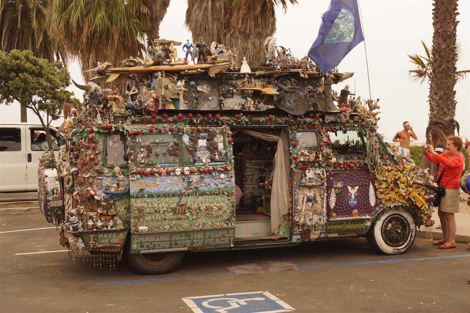 Hippie-Van am Strand. Man beachte die Detailverliebtheit!