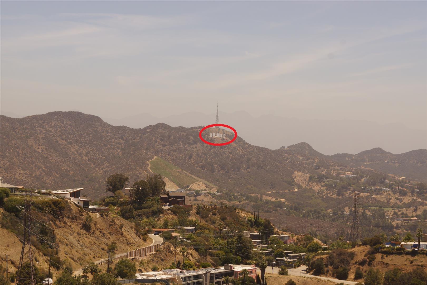 Hier unsere grandiose Aufnahme des Hollywood-Schilds. Damit ihr es auch nicht verpasst, haben wir es mal eingekringelt...
