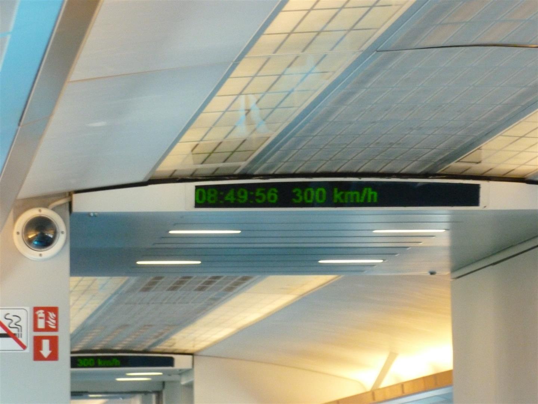 Höchstgeschwindigkeit auf unserer Strecke: 300km/h. Zu bestimmten Zeiten wird hier aber auch mit bis zu 350km/h gefahren.