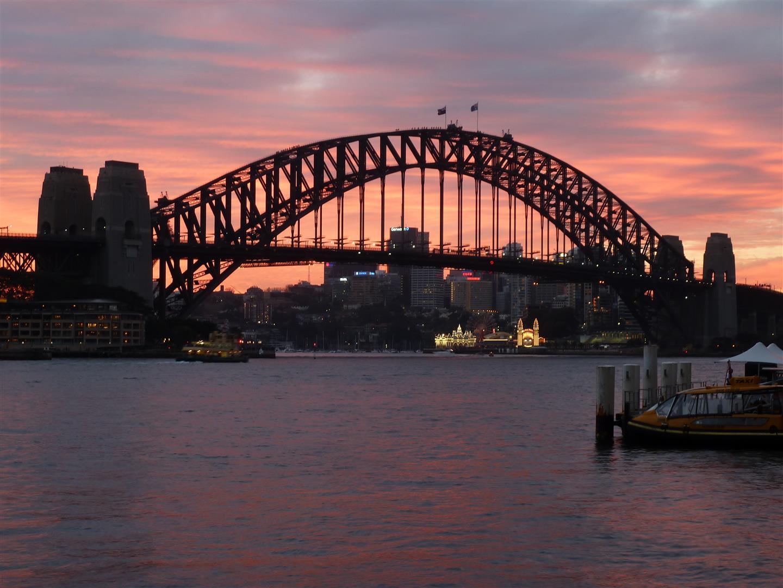 Und die Sydney Harbour Bridge. (Fun fact: grau war zum Zeitpunkt des Baus die einzige Farbe, die in ausreichender Menge vorhanden war!)
