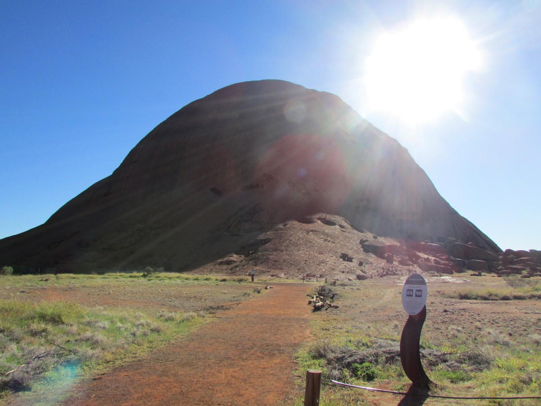 Am Fuße des Uluru.