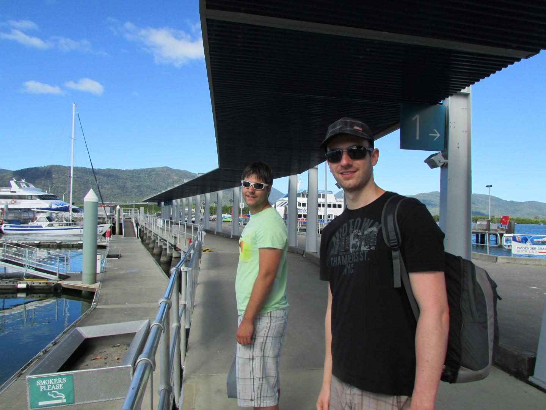Am Pier am Tag vor der Fahrt zum Great Barrier Reef wird schonmal die Lage ausgekundschaftet.