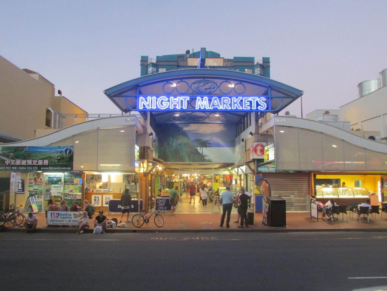 Am Abend ging es noch auf den Night Market, wo es neben abertausenden von Armbändchen auch einen coolen Spray-Shop gab. (inklusive ehemaliger Mitschülerin von Markus!)