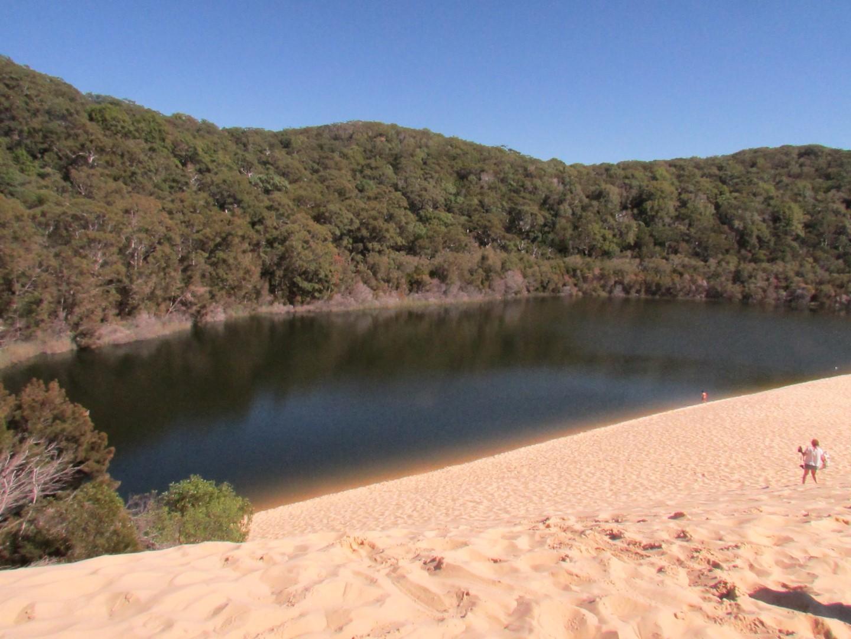 ... und hinter Sanddünen versteckten Seen.